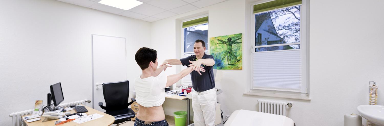 Dr. Scheer in einer Behandlung