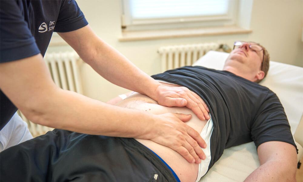 Manuelle Behandlung des Bauchs