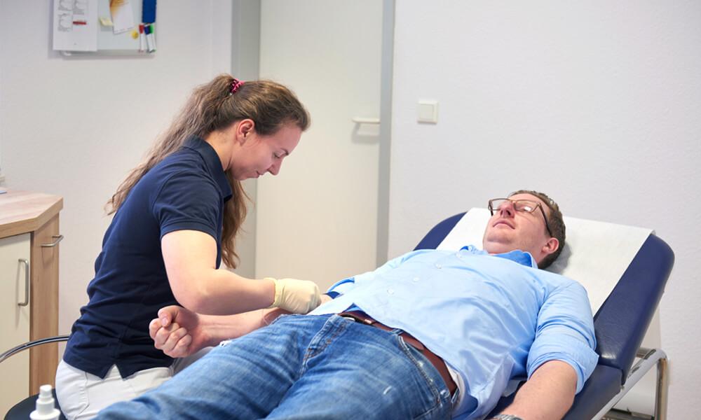 Ein Patient bekommt Blut abgenommen