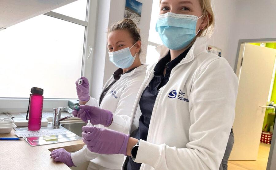 Unsere Mitarbeiterinnen bereiten den Impfstoff vor